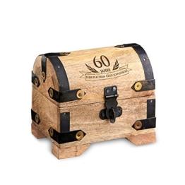 Casa Vivente Kleine Schatztruhe zum 60. Geburtstag – Schmuckkästchen mit Gravur – Aufbewahrungsbox aus hellem Holz – Verpackung für Gutscheine – Geburtstagsgeschenk für Männer und Frauen - 1